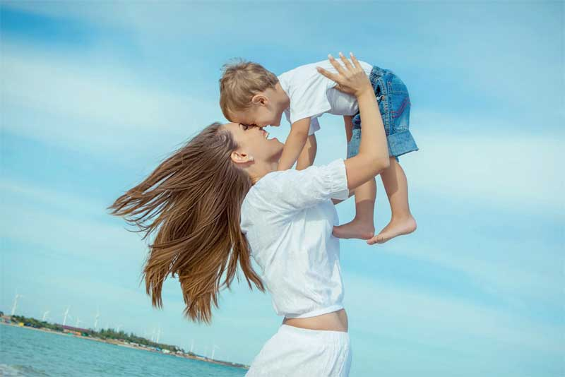 madre con niño en brazos