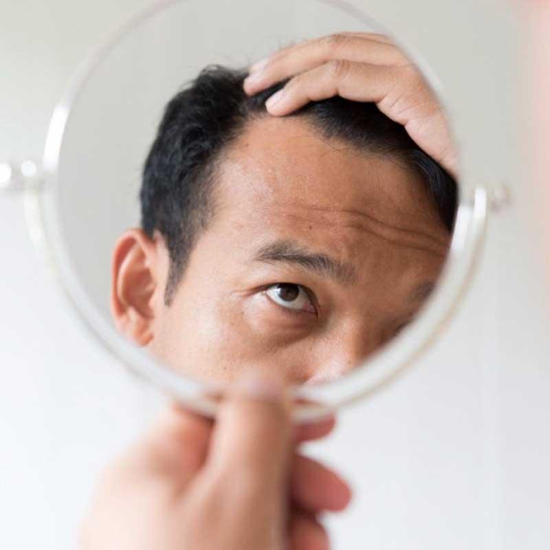 Chico revisando cabello